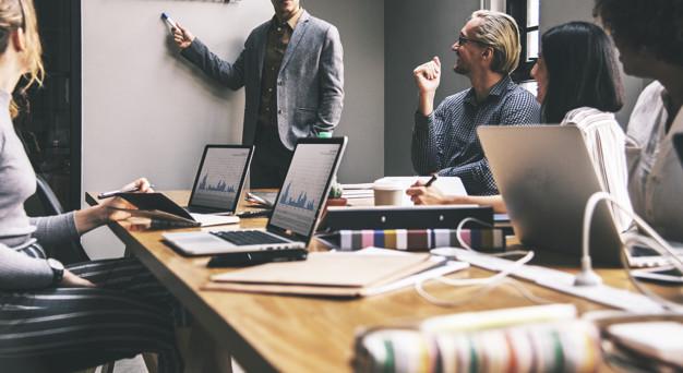 Forretningsfolk og kontraktstyring